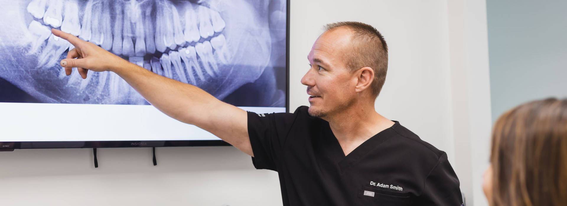 Dentist with RTG image.